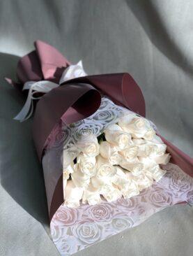 Букет из 25 белых роз (50 см) в упаковке