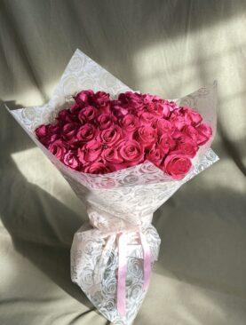Букет из 50 малиновых роз (100 см) в упаковке