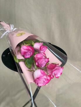 Букет из 5 розовых роз (50 см) в упаковке
